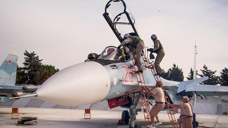 Rysk pilot assisteras innan avfärd mot Syrien.