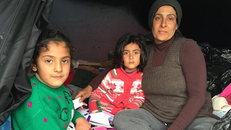 Syrisk familj i grekiskt tältläger.