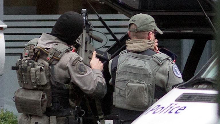 Bild på poliser som förbereder insatsen.