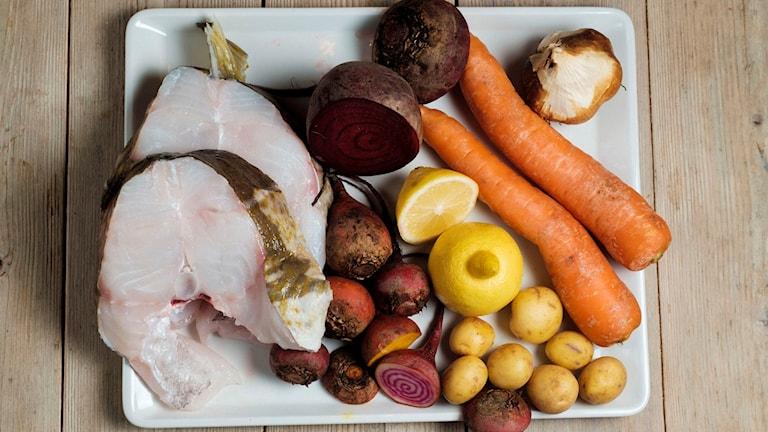 Grönsaker och fisk på en tallrik