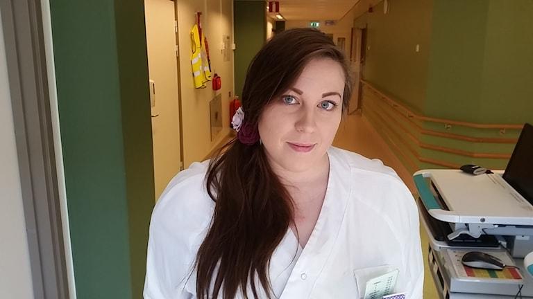 Sjuksköterskan Cornelia Karlsson skulle få upp sin lön med 50 procent om hon gick till bemanningsföretag