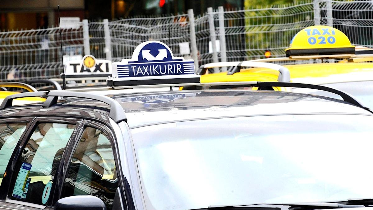 Tre taxibilar från olika bolag