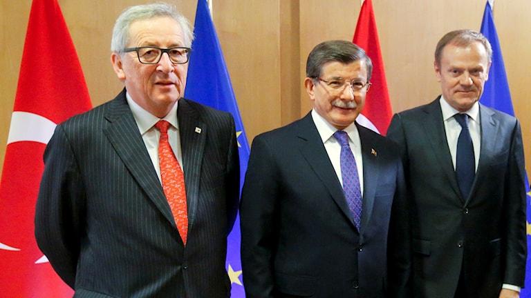 Europeiska kommissionens ordförande Jean-Claude Juncker, Turkiets premiärminister Ahmet Davutoglu och Europeiska rådets ordförande Donald Tusk på mötet idag.