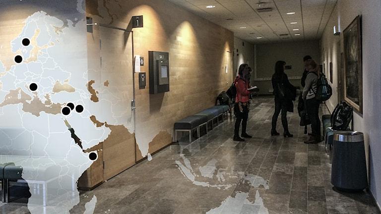 Personer utanför rättegångssal. Foto: Henrika Åkerman/Sveriges Radio