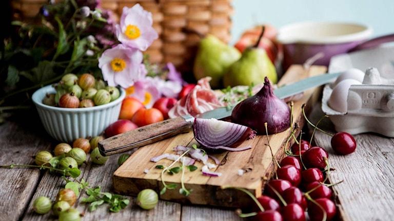 Frukt och grönsaker på skärbräda.