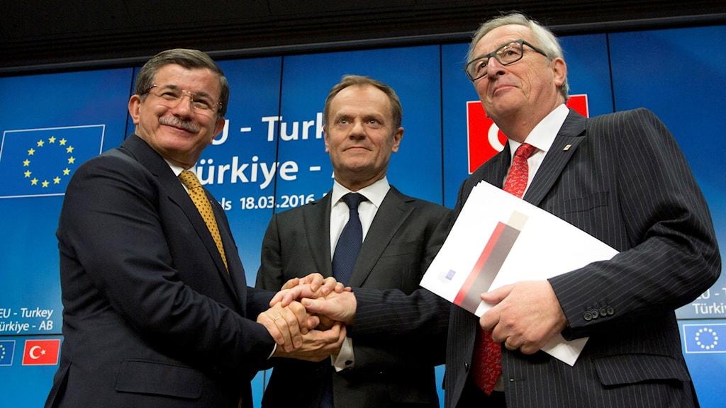 Turkiska premiärministern skakar hand med EU:s ordförande Donald Tusk och Europeiska kommissionens ordförande Jean-Claude Juncker.