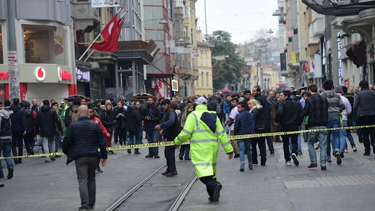 Turkisk polis spärrar av kvarteren nära Istiklalgatan efter att en explosion inträffat på lördagen.