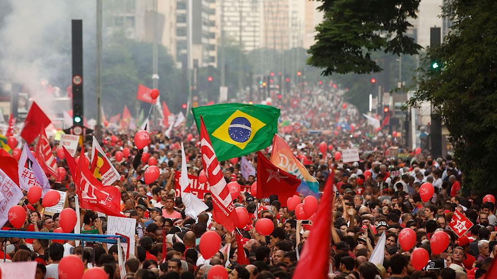 folkhav med demonstranter med brasiliens flaga