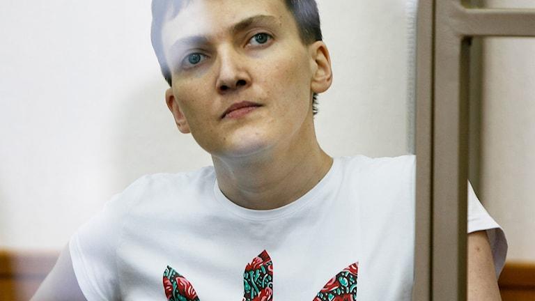 Nadezjda Savtjenko i en glasbur under pågående rättegång.