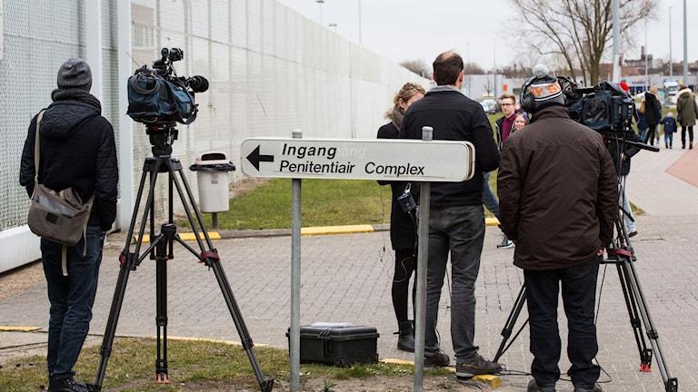 Utanför Fängelse i belgien journalister