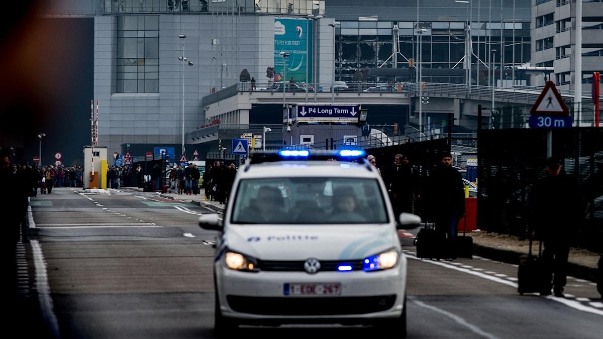 Polisbil utanför flygplatsen i Bryssel.