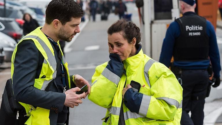 Reaktioner utanför flygplatsen i Bryssel.