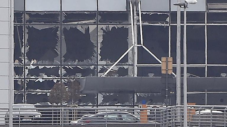 Förstörelsen på flygplatsens fasad