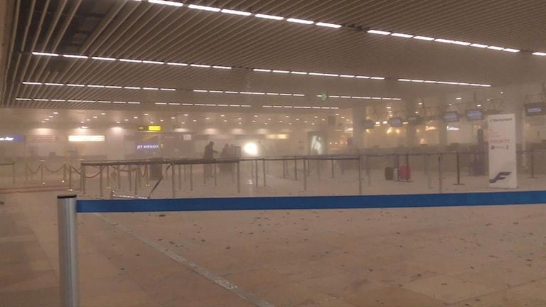 En av terminalerna fylld av rök på Bryssels flygplats.
