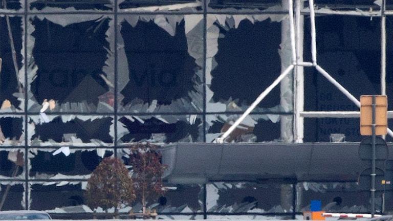 De stora fönstren på Zaventemflygplatsen är helt utblåsta.