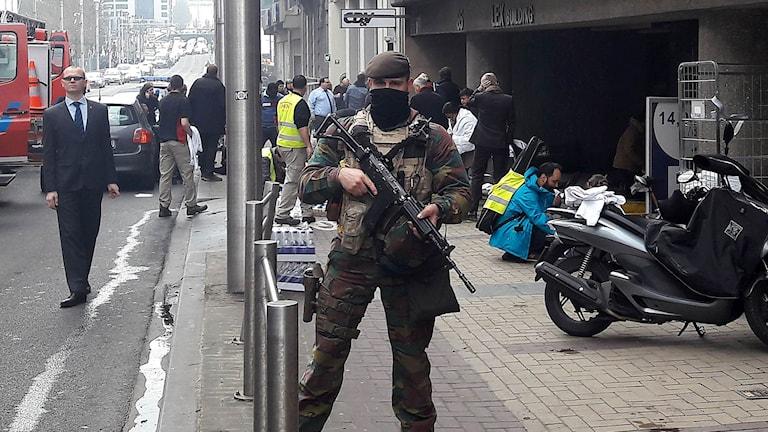 En belgisk soldat står vakt utanför tunnelbanestationen Maalbeek efter terrordådet.