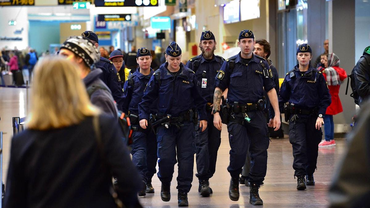 Polis på Arlanda. Efter attentaten i Bryssel förstärker svensk polis sin närvaro på svenska flygplatser.