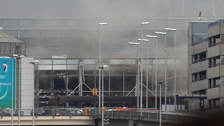 Rök bolmar ut från Zaventem flygplats efter en av explosionerna på tisdagen.