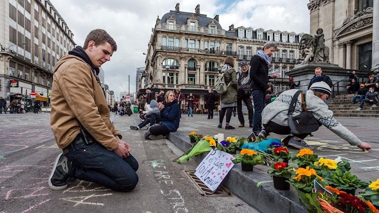 Människor samlades i centrala Bryssel för att sörja offren i bombdåden.