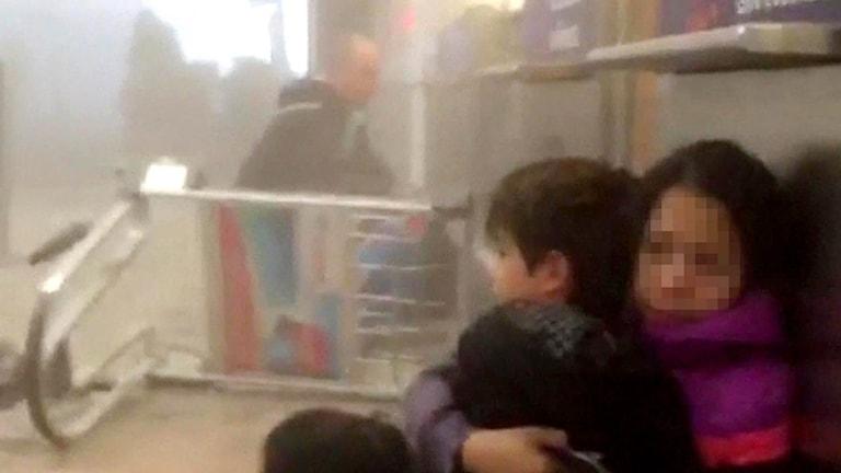 Bilder från en video inne på Zaventem flygplats efter en explosion.