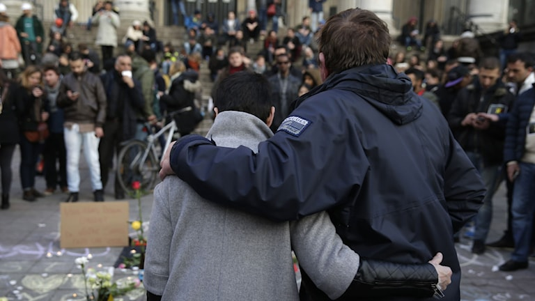 Människor samlas i Bryssel för att hedra offren i attentaten den 22 mars 2016.
