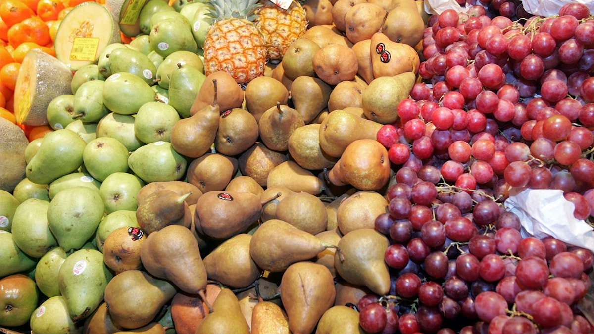 Vindruvor, russin och annan frukt innehåller rester av bekämpningsmedel, enligt Livsmedelsverket.
