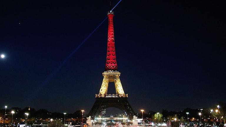 Eiffeltornet upplyst i Belgiska flaggans färger.
