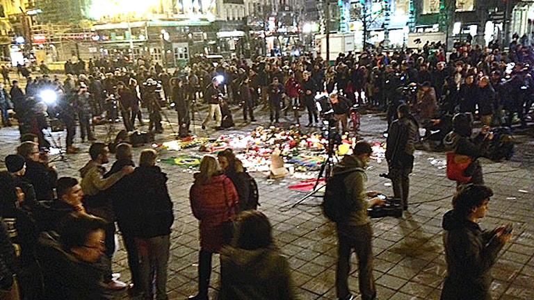 Folksamling på torg i Bryssel hedrar offren i terrorattackerna