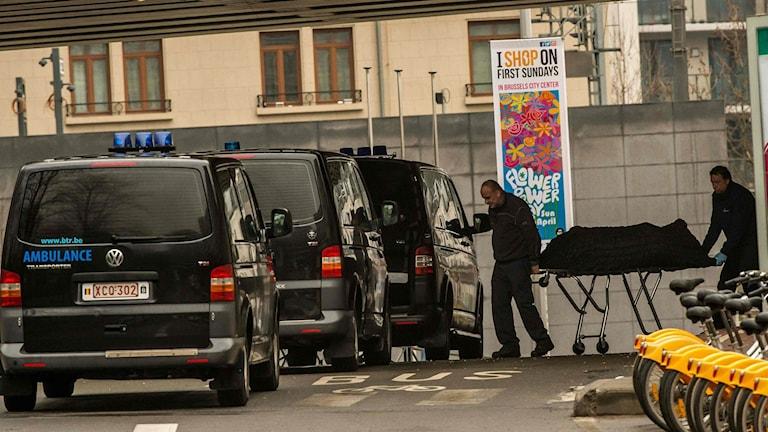 Ambulanspersonal tar hand om offer efter terrorattacken i tunnelbanan vid Maalbeek.