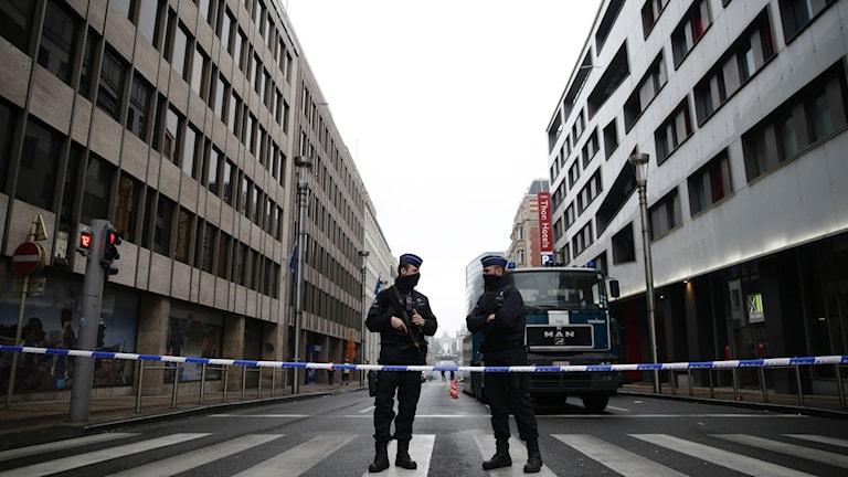 Belgisk polis vaktar avspärrningar vid Maalbeek tunnelbanestation.