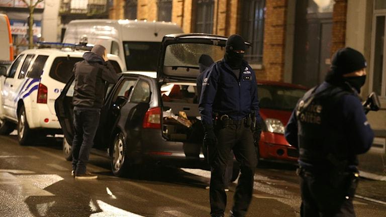 Maskerade och tungt beväpnade poliser på gata