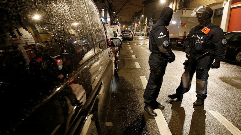 Två maskerade poliser under en poliskontroll av bilar i förorten Schaerbeek.