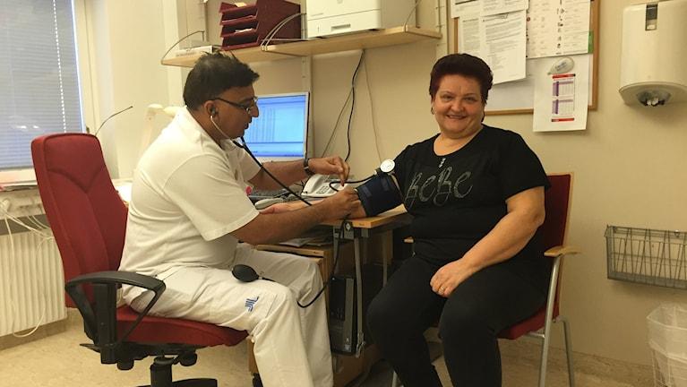 Distriktsläkaren Jawed Memon med patienten Sretenka Radivojevic på Hjulsta-Akalla vårdcentral