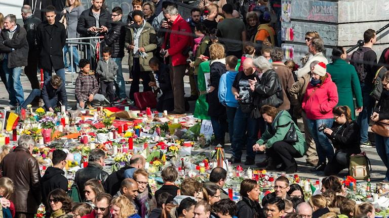 Människor har samlats vid minnesplatsen Place de la Bourse i Bryssel.