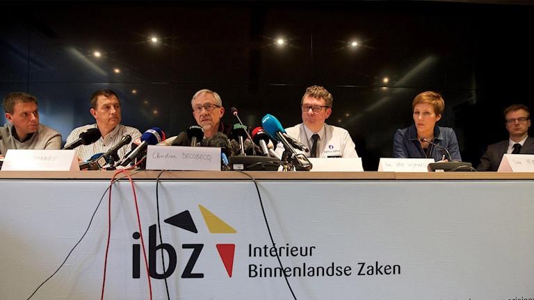 Talespersoner vid olika belgiska myndigheter under lördagens presskonferens i Bryssel.