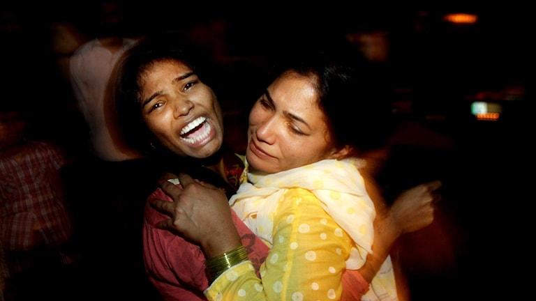 Kvinnor som tröstar varandra efter terrorattacken i Lahore Foro: K.M. Chuadary / AP