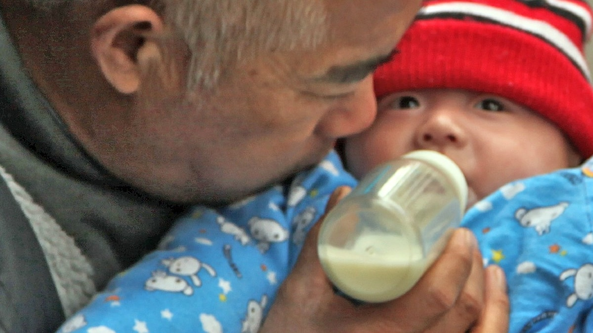 Bröstmjölksersättning i nappflaska till bebis i Shanghai. Foto: Torbakhopper (CC BY 2.0)