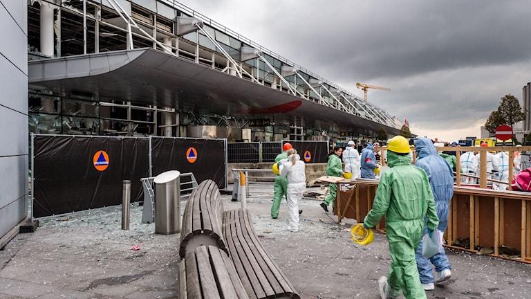 Den söndersprängda terminalen på Zaventems flygplats.