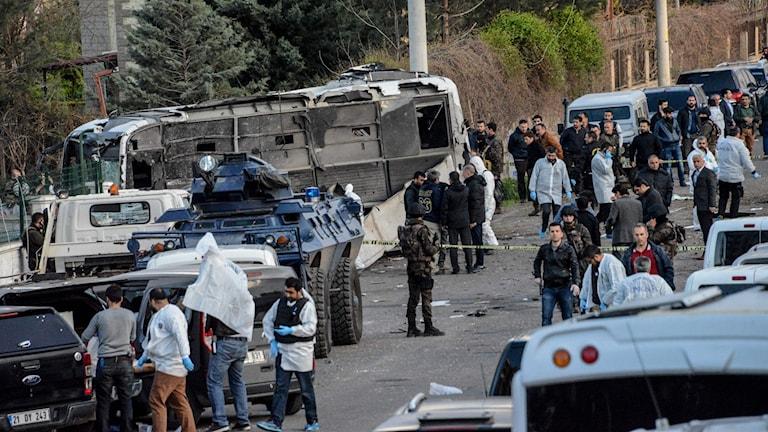 Turkiska säkerhetsstyrkor vid platsen för bombattentatet i Diyarbakir.