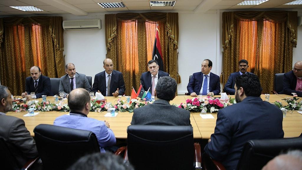 Libyens FN-stödda regering håller sitt första sammanträde på en flottbas i Tripoli