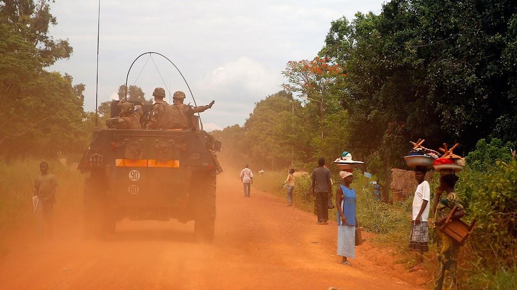 Militärer kör på en väg i Centralafrikanska republiken.