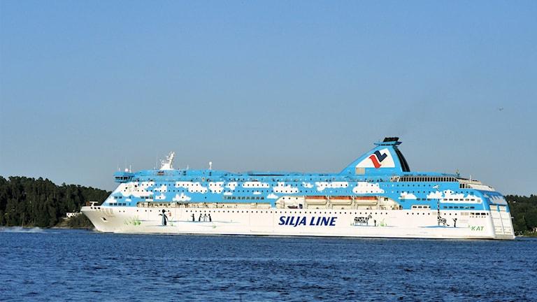 Silja Lines färja Galaxy på väg genom Furusundsleden.