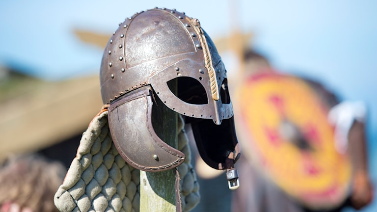En vikingahjälm på en stolpe på Fotevikens museum i Höllviken.