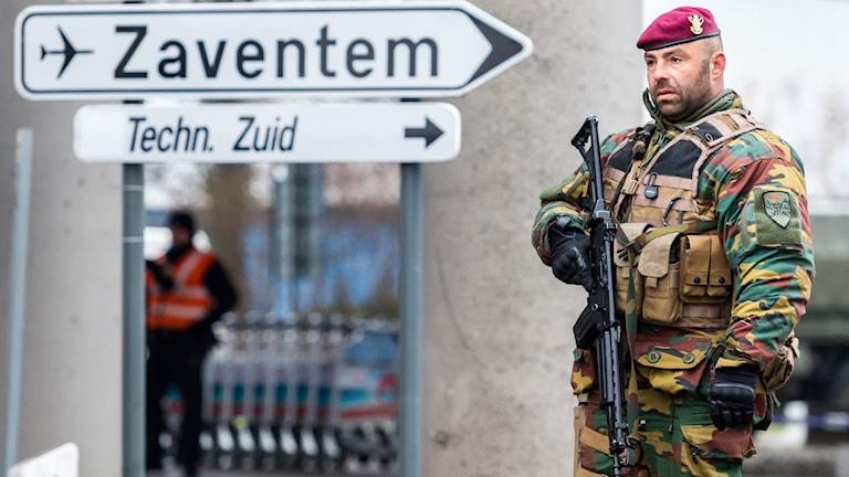 Militär vid en skylt med texten Zaventem.