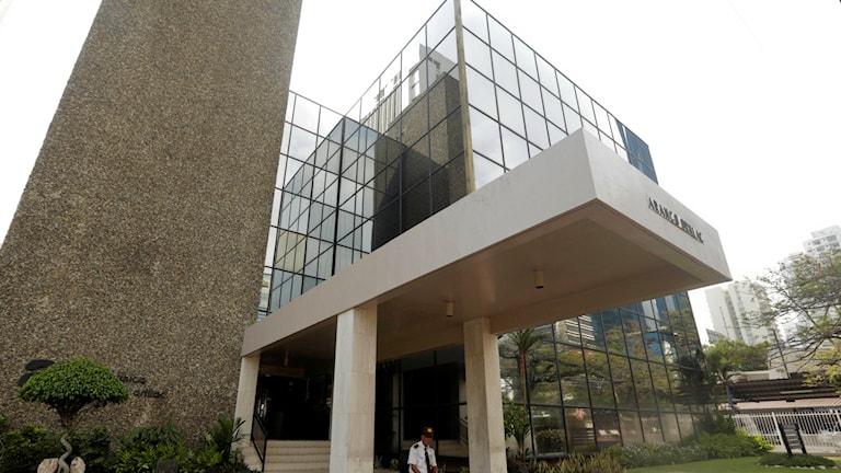 En säkerhetsvakt sitter utanför entrén till advokatbyrån Mossack Fonseca.