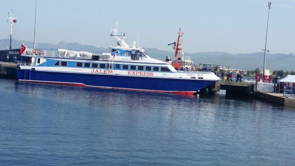 Mindre passagerarfärja har lagt till vid hamnen i Turkiet och passagerarna, främst från Pakistan, kliver av.