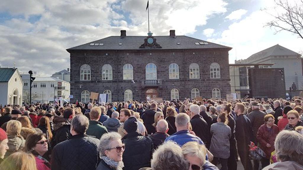 Demonstranter kräver statsministerns avgång utanför parlamentet i Reykjavik.
