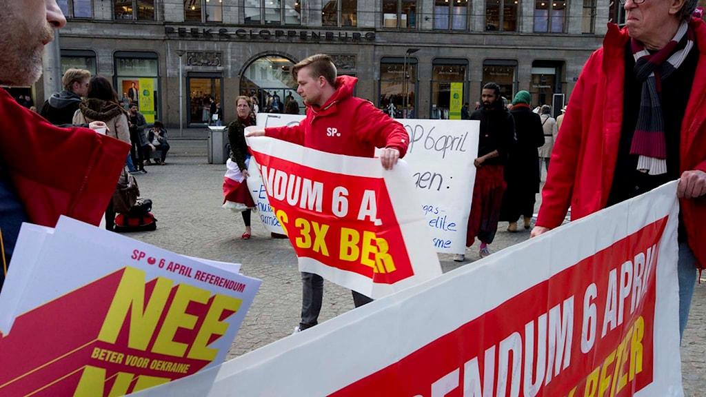 Demonstranter uppmanar till nej i Nederländernas folkomröstning om Ukraina-avtal.