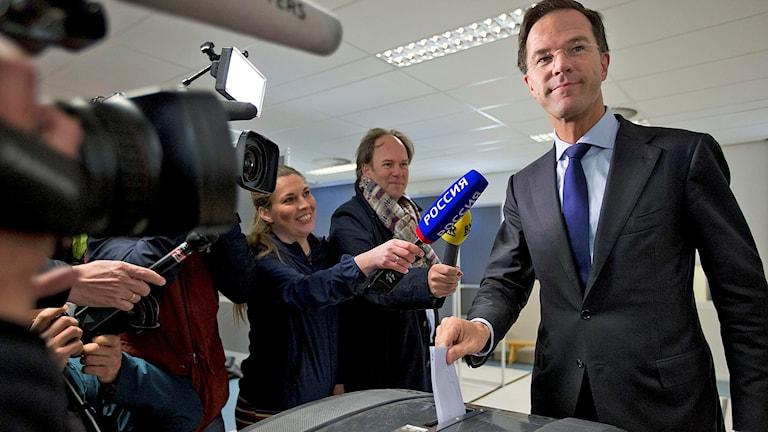 Nederländernas premiärminister Mark Rutte lägger sin röst i folkomröstningen om EU:s samarbetsavtal med Ukraina.