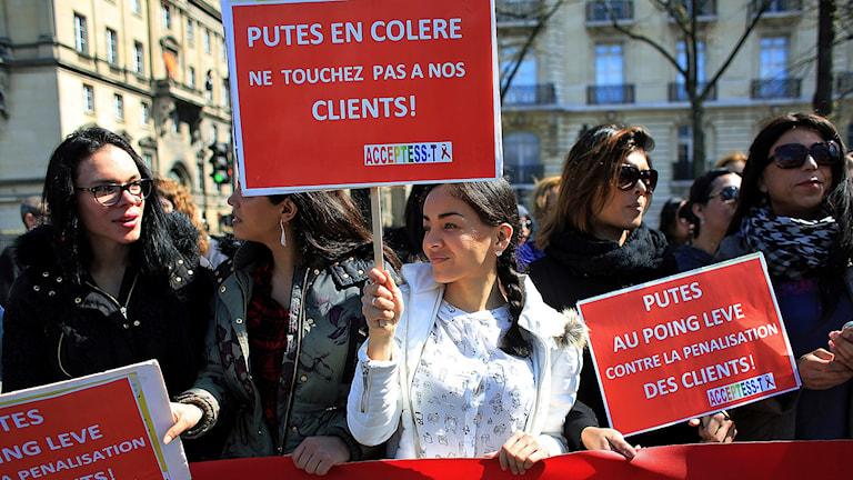 Franska sexarbetare demonstrerade på onsdagen i Paris mot den nya sexköpslagen.